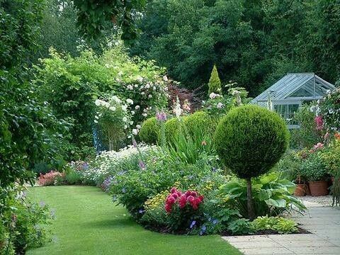 Cottage Style Garden Ideas typical english cottage pic getty Cottage Style Garden