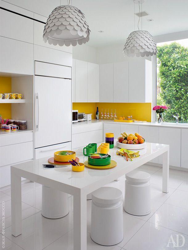 Стол и мебельный гарнитур спроектированы специально для этой кухни. Табуреты Tsjomoloenga, Henry Dean; люстры Carmen, FontanaArte.