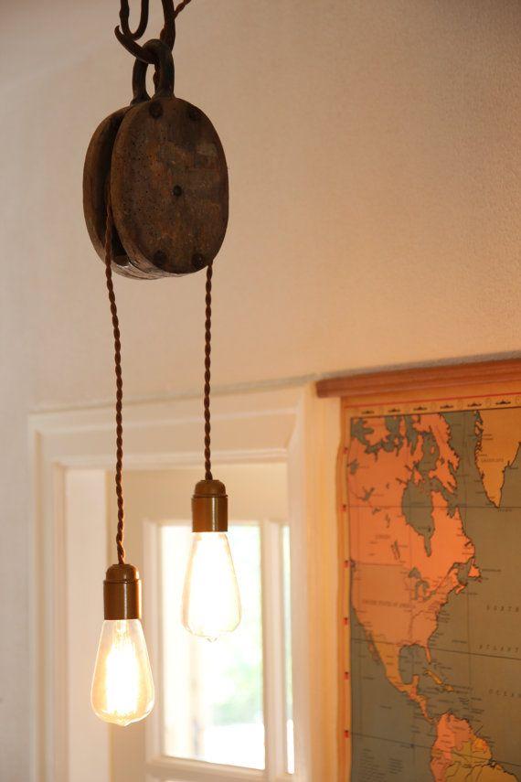 Industriële hanglamp, gemaakt van een oude houten katrol. TAATMAAKT via Etsy