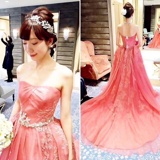♡トリート試着♡  ブルーのドレスを試着した時に、一緒に試着させていただいたピンクのドレス✨ お色が鮮やかでとてもキレイなコーラルピンク♡♡お肌が生き生きして見えました✨ スカート部分のちょうどヒップ辺りがふんわりするデザインで、中世のヨーロッパのドレスを思わせるような女性らしいシルエット ドレスがとてもシンプルなので、アクセサリーで遊べますよとのこと  カラードレスは本当に悩みますねウエディングドレスは割とすんなりと直感で決められましたが、カラードレスはいろんなお色をきすぎてしまい、、 ずっと大好きなわたしのテーマカラーのピンク、気品のあるブルー、さわやかなパープル、美女と野獣のイエロー  みなさま、カラードレスの決め手はなんでしたか?? #プレ花嫁 #2016秋婚 #パレスホテル #ドレス選び  #ドレス試着 #カラードレス選び #カラードレス試着  #ピンクドレス #ホテルウェディング #トリート #トリートドレッシング  #カクテルドレス #カクテルドレス選び #リーフフォーブライズ #ザトリートドレッシング  #thetrea...