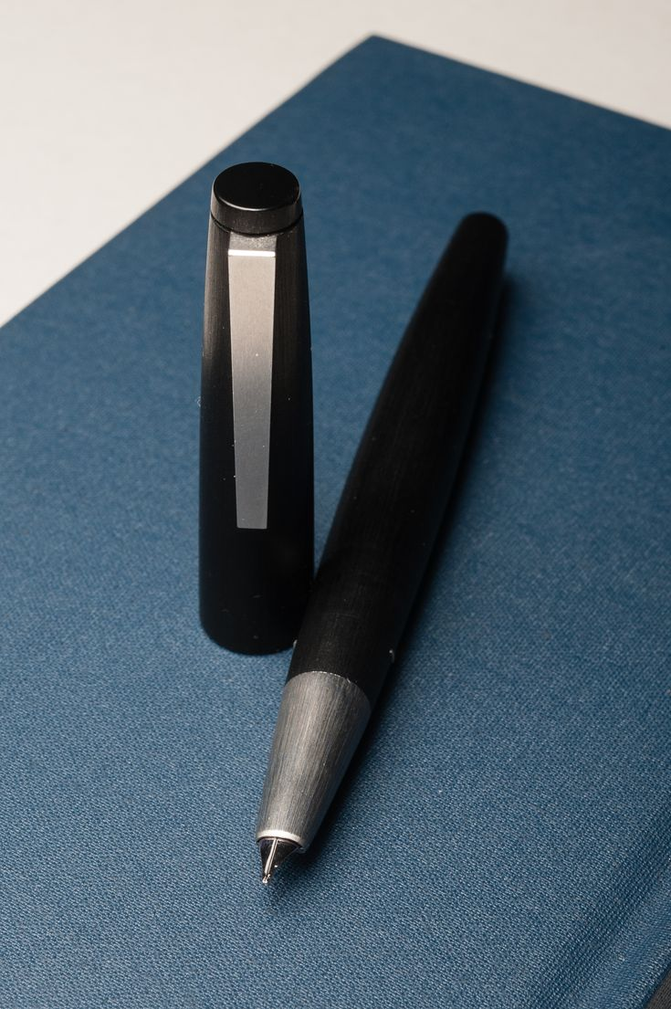 How does the Lamy 2000 feel in different hand types? Read this review to find out!