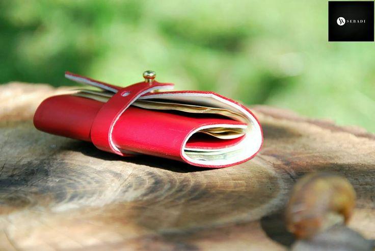 Portofel din piele naturala 3 -rosu -compact -captusit cu piele alba -accesorizat cu capsa si inchizatoare metalica aurie -dimensiuni l=5,5cm h=9,5cm g=1,5cm  PRET: 50 lei