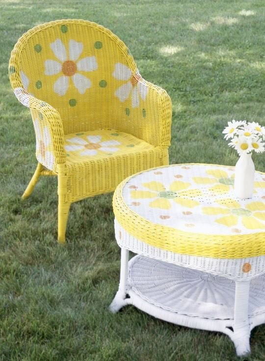 this daisy painted wicker furniture just makes me smile would love it surrounded by a gardenof daisies