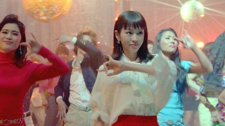 ふてニャンと桐谷美玲が出演しているY!mobile(ワイモバイル)のコマーシャル。スマホの月額料金が1,980円になったキャンペーンということで、1980年代の映像をフィーチャーしたヴァージョンが地上波で大量にオンエアされている。