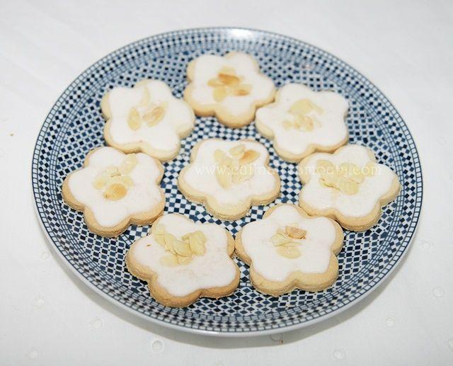 Assalamo Alaykom, Bonjour à tous, * Ingrédients: Sablés : - 125g de beurre - 100g de sucre glace - 1 jaune d'œuf - 50g de noix de coco râpée - 1 càc de zeste de citron vert - 1 càc de jus de citron vert - 200g de farine - Une pincée de sel Glaçage au...