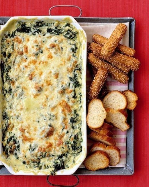 Pretzels e pães são apenas sugestões; sinta-se à vontade para se servir com uma colher. Pegue a receita aqui.