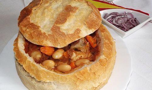 Unul dintre preparatele traditionale ale bucatariei romanesti este ciorba de fasole in paine.