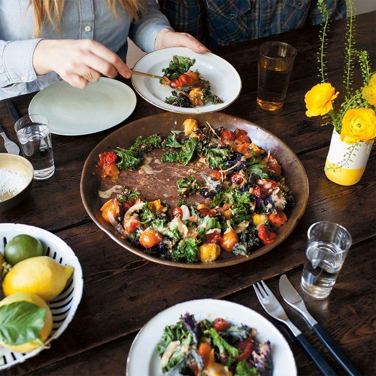 Boerenkool is een ingredient waar je meer mee kunt doen dan je denkt. Maak er niet alleen lekkere stamppot van, je kunt boerenkool ook zelfs op de pizza doen, er een boerenkoolpesto van maken of zoals hier er een gezonde salade mee bereiden. Deze warme...