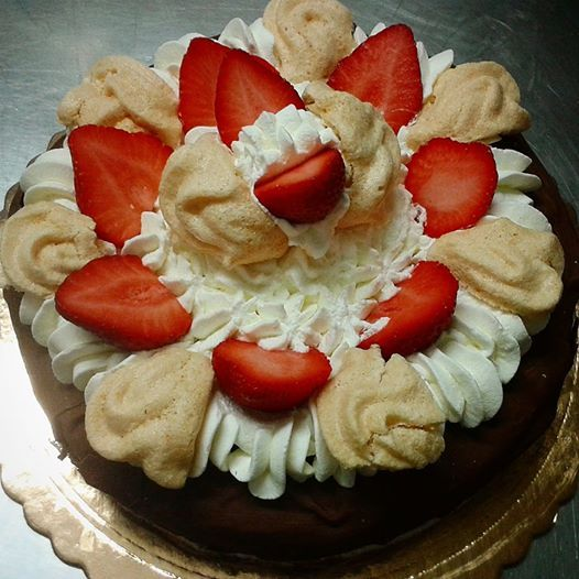 torta panna, fragole e meringa