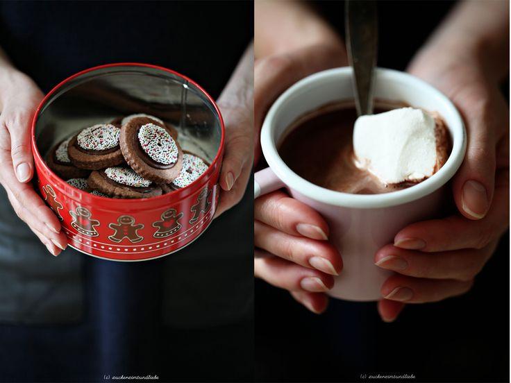 Heiße Schokolade mit Marshmallows in der linken, Rotwein Cookies mit Schokokränzen in der rechten Hand? Stelle ich mir fantastisch vor. Es ist jetzt halb eins in der Nacht und ich kann an nichts an...
