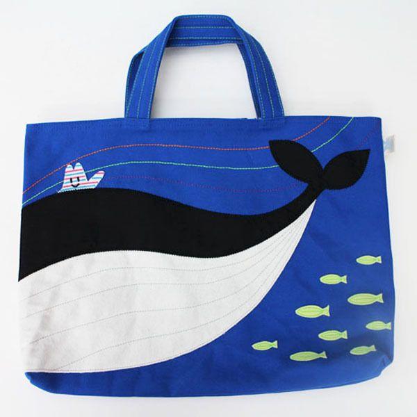 ゴンガリガリのゴンガリくんが行ってみたいところがテーマレッスンバッグ。こちらは「くじらの海」トモダチのジマジマくんが待ってるよ。