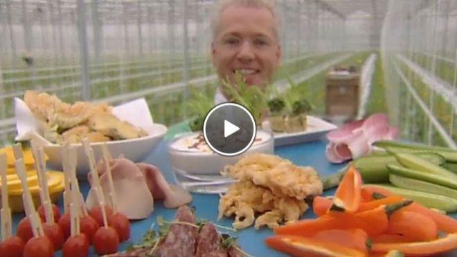 Groente -en vleeswarenplateau met o.a. gefrituurde courgettebloemen.