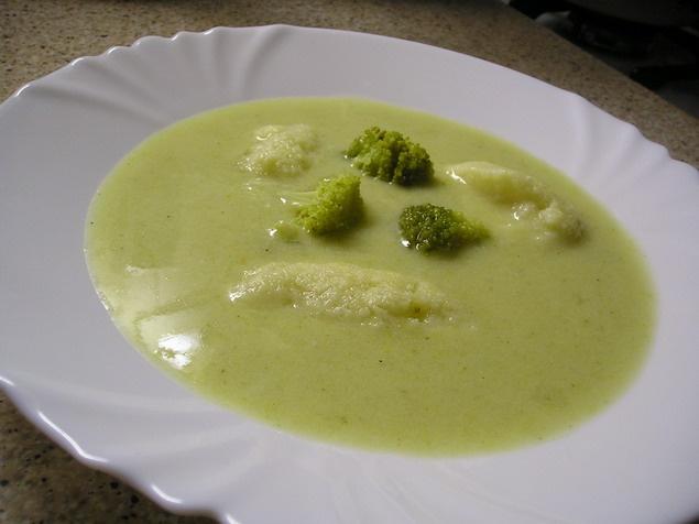 *Brokolicová polievka*   Čo na to:  1 brokolica, 1 kocka bujónu (slepačí KNORR), vegeta, mleté čierne korenie, 2-3 čL hl. múky, 1 dl smotany (sladká šľahačková) , mlieko, cesnak podľa chuti, trocha soli  halušky - detská krupica, vajco