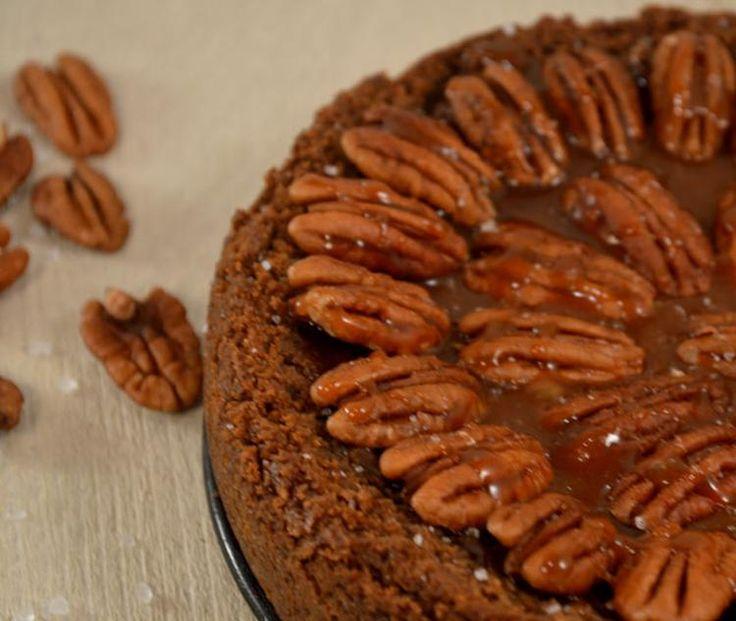Deze Salted Caramel Pecan Pie is niet alleen waanzinnig lekker, hij is ook nog eens makkelijk zelf te maken!!