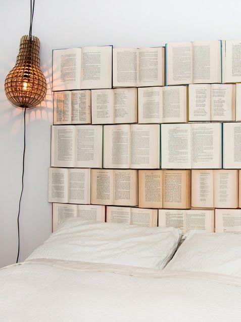 DIY décoration tête de lit avec des livres Decorating with Books • Ideas and Tutorials!