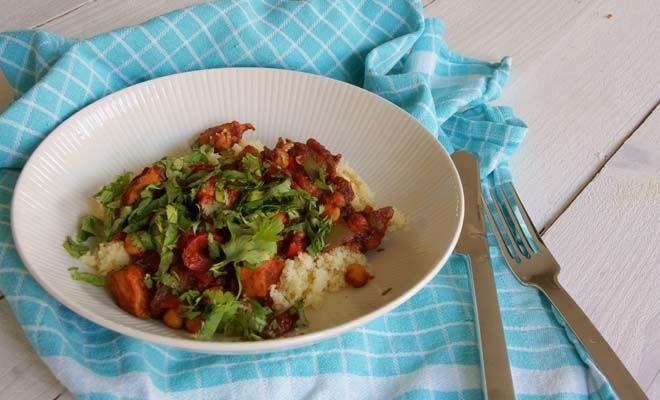 Kikkererwten is erg veelzijdige groente en zit boordevol eiwiten. Dit keer heb ik een kipchili receptmet kikkererwten en koriander voor een frisse smaak.