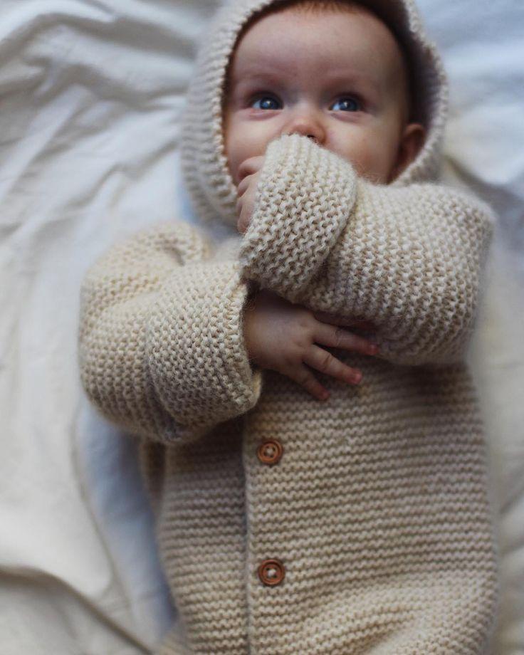 Selmas Sovedragt  Okay, hvor nuttet er det her? Så kan det godt være, at det stadig er for varmt til en ulden sovedragt i barnevognen - men, winter is coming  Find opskriften på Selmas Sovedragt på www.petiteknit.com og på Ravelry  _ Selma's Sleep Suit  Because, winter is coming!  English pattern at www.petiteknit.com and on Ravelry  ___________________________________________________ #knittersofinstagram #nevernotknitting #knitting #knit #strikk #strik #barnestrikk #børnestri...