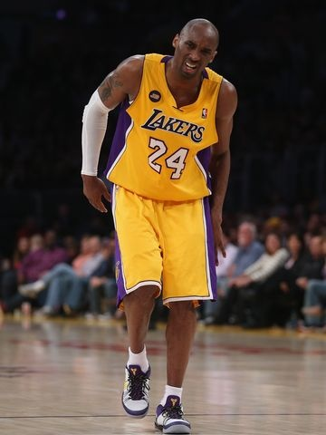 Kobe Bryant limps off court with probable torn Achilles