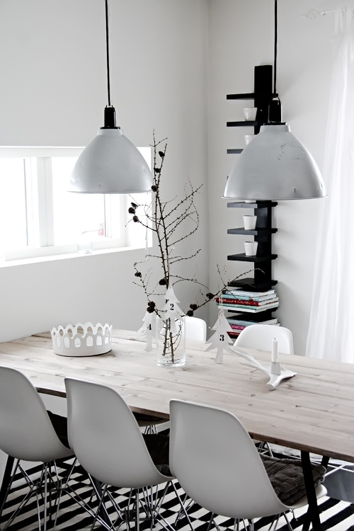 Helt Enkelt: Kontraster i köket.... eames chairs, wood dining table, copenhagen lamp
