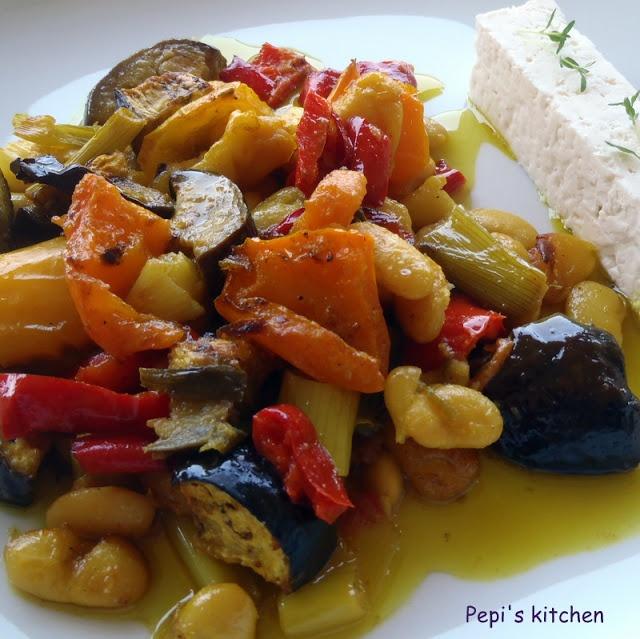 Φασόλια με λαχανικά στο φούρνο http://pepiskitchen.blogspot.com/2012/09/blog-post_16.html
