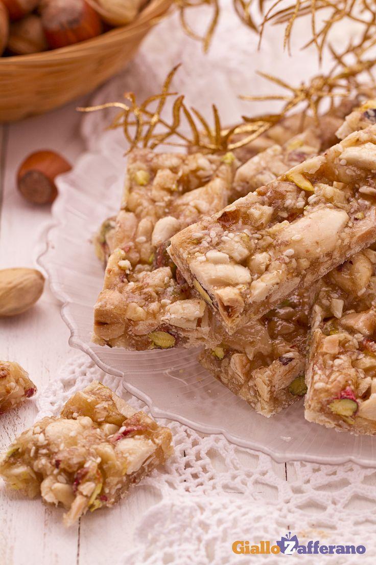 Il #CROCCANTE MISTO (nut brittle) è il tipico dolce che si trova su tutte le tavole natalizie! #ricetta #GialloZafferano #Natale #Capodanno #Christmas #italianfood http://speciali.giallozafferano.it/natale