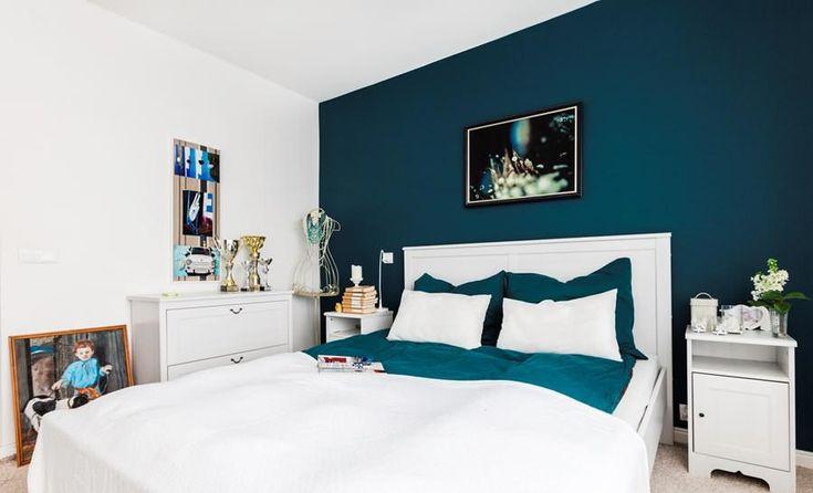 Комбинированные обои разных цветов в спальне