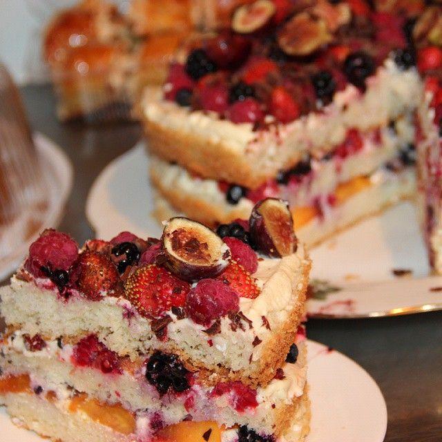 Разрез ужжасно ягодного тортика с клубникой, инжиром, малиной, ежевикой и шоколадной крошкой #торт #выпечка #cake #bakery #homebacery #berries #strawberry #summer #dag_cake