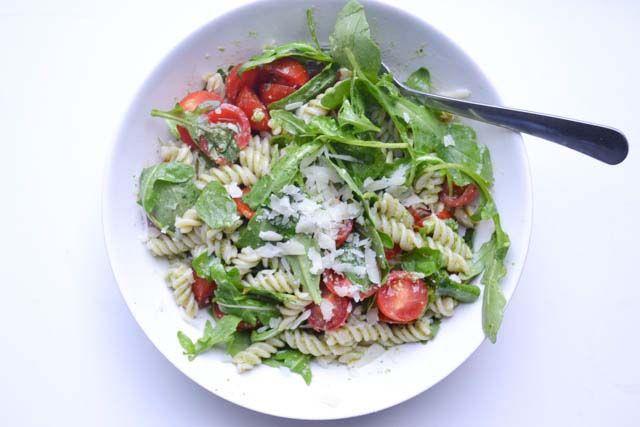 In dit recept werkte ik met bruine rijst pasta. Lekker licht verteerbaar en 100% glutenvrij. Voor iedereen die lief wil zijn voor zijn buik!