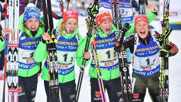 Die deutsche Damen-Staffel um Vanessa Hinz (v. li. n. re.), Maren Hammerschmidt, Franziska Hildebrand und Laura Dahlmeier freut sich über WM-Gold. (Quelle: dpa)