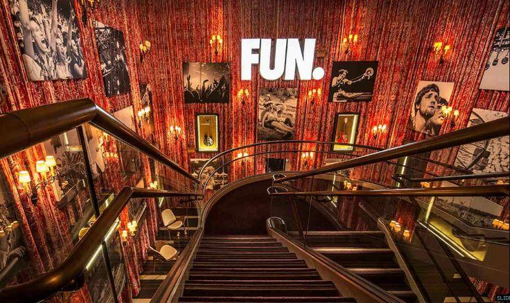 El Hard Rock Cafe es un excelente ejemplo de como usa el Marketing Sensorial ya que al traspasar sus puertas hace q sus clientes se sientan en otro mundo Hotel Hard Rock Cafe - Palm Green San Diego - California