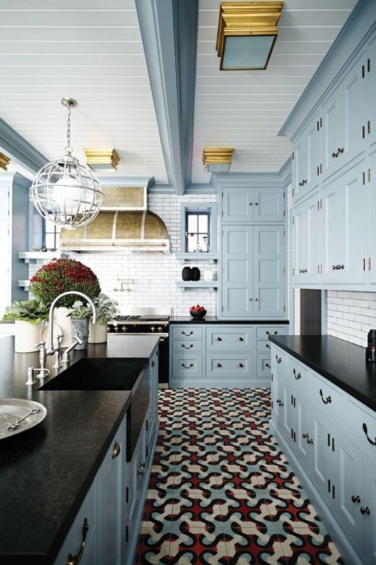 Синие кухни: создаем современный и аристократичный интерьер в холодной цветовой гамме http://happymodern.ru/sinie-kuxni-foto/ Просторная светлая кухня в голубых тонах с черными акцентами на столешницах и оригинальным узором плитки на полу