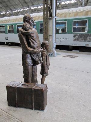 Sir Nicholas Winton: homem comum, história extraordinária. 2009. Bronze. Outra vista de Winton com duas crianças que ajudou a escapar da II Guerra Mundial. Está na plataforma da Estação Ferroviária Central de Praga. Foi nesta estação que Winton embarcava as 669 crianças judias da então Tchecoslováquia, com destino à Grã-Bretanha, o que salvou suas vidas.  http://melbourneblogger.blogspot.com.br/2009/09/sir-nicholas-winton-ordinary-man.html