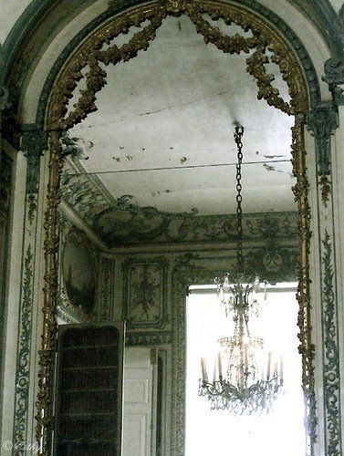 This blog has the most beautiful pictures of French decor. Pitter patter.