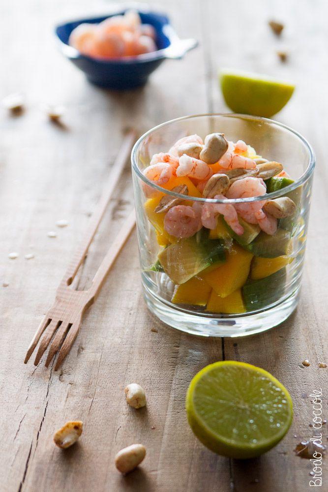 Insalata esotica di mango, avocado, gamberi e arachidi