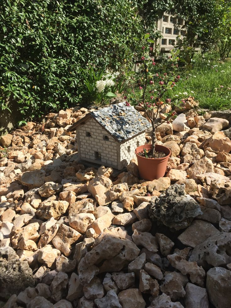 Casetta in pietre e mattoni in miniatura. Arricchisce il giardino.