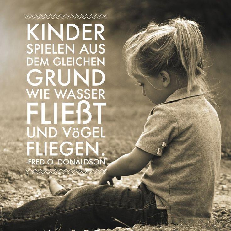 """Zitat - Warum Kinder spielen: """"Kinder spielen aus dem gleichen Grund wie Wasser fließt und Vögel fliegen."""" - Fred O. Donaldson"""