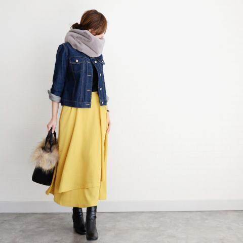 冬だからこそ着たくなる。 明るいカラーのマキシスカートでコーデ* デニムジャケット、スカート、スヌード、バッグ:#TheSecretBean ニット:#ユニクロ 靴:#GU