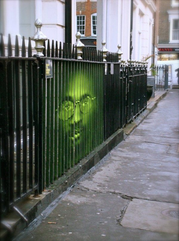 Art de rue: image à effet 3D sur une clôture métallique