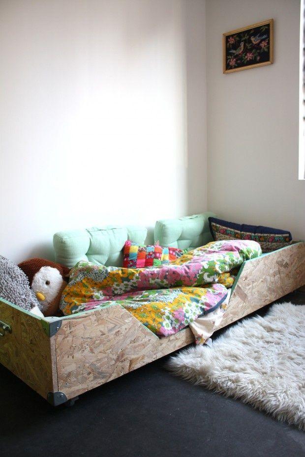 Un lit en plaque OSB pour une chambre à l'esprit récup