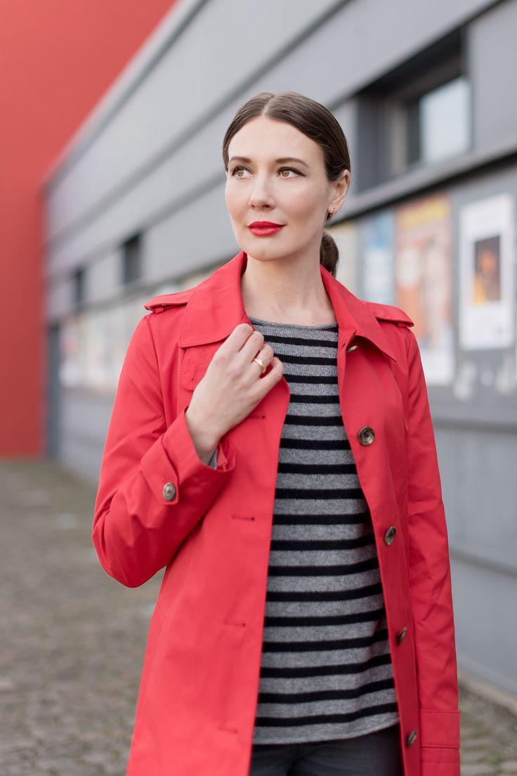 Outfit: The Red Trenchcoat | Mood For Style - Fashion, Food, Beauty & Lifestyleblog | Outfitbeitrag mit einem roten Trenchcoat von Ralph Lauren, einer Jeans von Zara, einem Kaschmirpullover von Mrs & Hugs, einer Tasche von Michael Kors und Overkneeboots von Ugg Australia.
