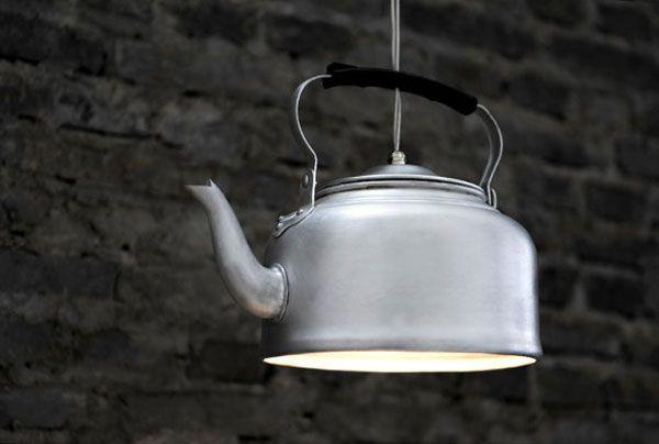 usa un taladro y recicla menaje de cocina para crear una lámpara