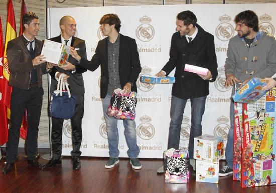 Cristiano Ronaldo, Kaká, Rudy Fernández… ayudantes de Papá Noel por un día #futbolistas #realmadrid #famosos
