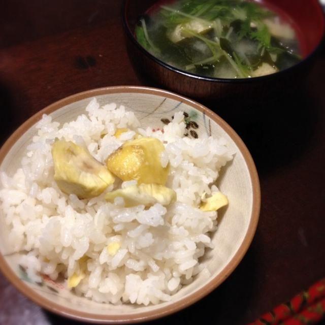 メインは栗ご飯! うまいー。 - 8件のもぐもぐ - 栗ご飯と味噌汁 by raku0dar