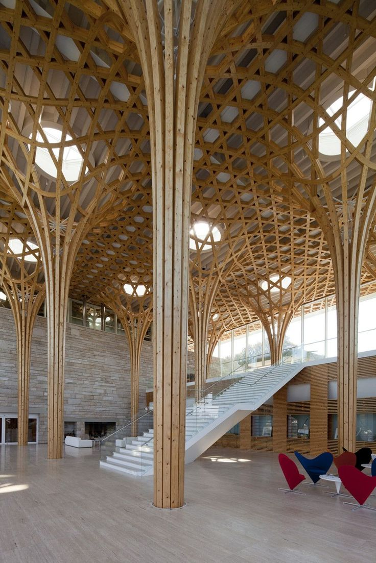 Shigeru Ban Architects. Los pilares de esta estructura que soporta la cubierta, esta fabricada en madera. Los listones parten juntos para luego dividirse hacia los extremos, generando una red sinérgica. Se basa aparentemente en la biónica, en las ramas de los árboles. Debe ser una madera blanda, que soporta bien la flexión a la que es sometida.