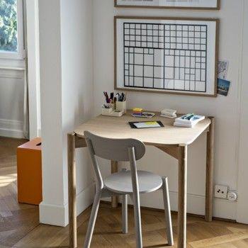 平たい天板を縁取るように配置された脚や、クロスする梁は単純でありながら計算された美しさがあります。リビングや勉強部屋など使うシーンを選ばない机です。
