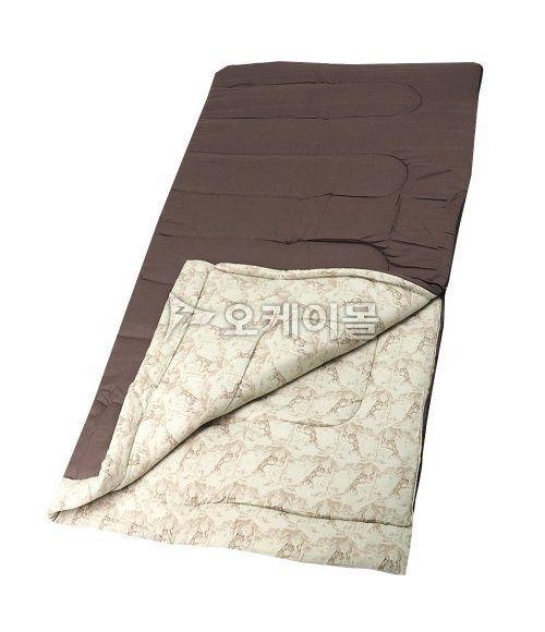 [Coleman]어텀트레일침낭 (2000000097)은 콜맨(Coleman)에서 제작한 봄~가을까지 두루 사용하실 수 있는 캠핑용 침낭입니다. 대표적인 캠핑용 침낭으로 사각형 형태로 제작되었고, 2개의 침낭을 연결하여 사용하실 수 있습니다. 넓게 펼칠 수 있도록 제작되어 바닥의 깔개로 넓게 사용이 가능합니다. 겉감과 안감에 피부친화적인 면소재와 플란넬 소재를 사용하여 별도의 라이너 없이도 편안하고 포근함 느낌을 줍니다. 수퍼킹 사이즈로 제작되어 키가 크거나 덩치가 크신 분들도 넉넉하고 여유있게 사용이 가능한 제품입니다.