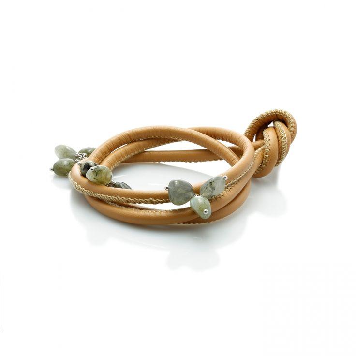 Pulsera cuero beige Labradorita Material: Plata de 925 rodiada con Labradorita y cuero beige. Medidas de la piedra: Longitud: 10 mm - Ancho: 8 mm