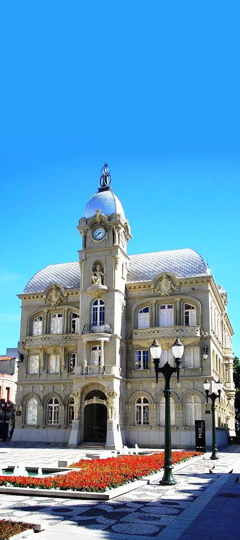 Antiga sede da prefeitura, o Paço Municipal hoje abriga um centro cultural e um café, bem no centro da cidade.