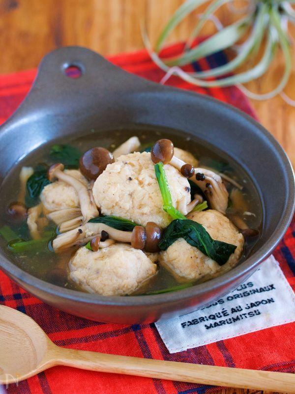お鍋に材料を入れて  サッと煮たら  あとは水溶き片栗粉で  とろみをつけるだけ♪    味付けは、めんつゆを使うので  初心者さんもラクラク。    鶏団子の旨味が溶け出たスープは  まさに絶品ですよ♪    ★フォローやクリップ、そしてメダル送付、ありがとうございます♪励みになっております( ´艸`)★