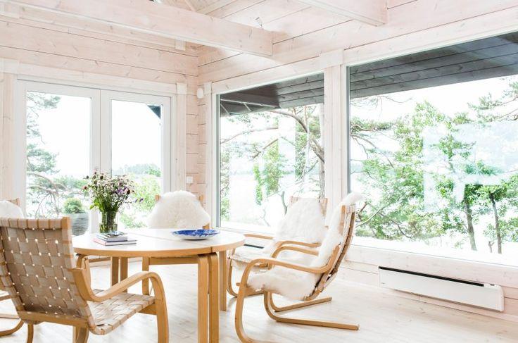 Light and natural interior. Honka log homes.